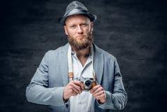 Den skäggiga mannen rymmer kameran för tappningslrfotoet Arkivbilder