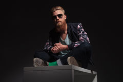 Den skäggiga mannen sitter i studion Royaltyfri Fotografi