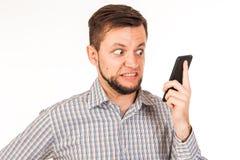 Den skäggiga mannen talar på telefonen Posera med olika sinnesrörelser Simulering av konversation royaltyfri bild