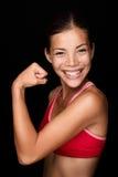 Den skämtsamma asiatiska idrottsman nenen som böjer henne, beväpnar Arkivfoton
