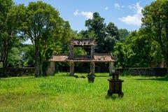 Den skövlade gamla asiatiska porten parkerar in royaltyfri foto
