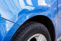 Den skadade bilen, buckla hasar Royaltyfria Bilder
