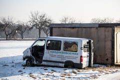 Den skadade Renault Traffic vita skåpbilen övergav nära garage som förorenar omgivningen royaltyfri fotografi
