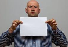 Den skalliga affärsmannen poserar med tomt kopieringsutrymme fotografering för bildbyråer