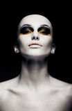 Den skalliga futuristic kvinnan - gör ren det rakade huvudet. Mode Arkivbild