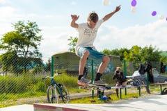 Den Skateboarding striden i skridsko parkerar av Pyatigorsk Unga Caucasian skateboarders som rider i utomhus- konkret skatepark royaltyfri fotografi