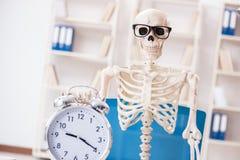 Den skelett- affärsmannen som arbetar i kontoret Arkivbild