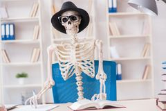 Den skelett- affärsmannen som arbetar i kontoret Royaltyfri Fotografi