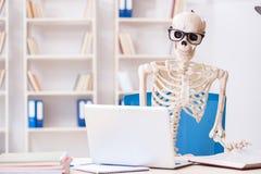 Den skelett- affärsmannen som arbetar i kontoret Royaltyfria Bilder