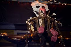 Den skelett- kaptenen piratkopierar fartyget utomhus- halloween Royaltyfri Fotografi