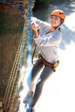 Den skickliga säkra kvinnan som tycker om höjdpunkt - riskera aktiviteter Arkivbild