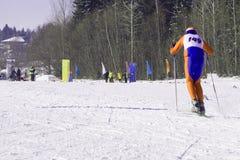 Den skida vintern skidar kursen - skidåkare skidar på körningen arkivbild