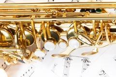 Den skinande guld- alt- saxofonen stämmer närbildsikt Royaltyfri Bild
