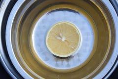 Den skivade citronen arkivbilder