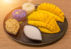 Den skivade mango tjänade som med klibbiga ris, och kokosnöten mjölkar, berömd Arkivbild