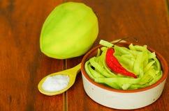 Den skivade mango tjänade som med salt på en platta Arkivbilder