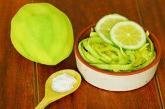 Den skivade mango tjänade som med salt på en platta Royaltyfria Bilder
