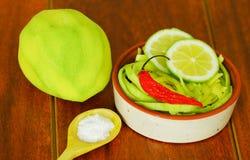 Den skivade mango tjänade som med salt på en platta Arkivbild