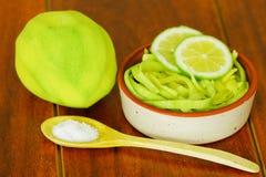 Den skivade mango tjänade som med salt på en platta Royaltyfri Bild