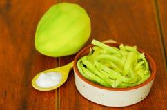Den skivade mango tjänade som med salt på en platta Arkivfoton