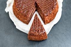 Den skivade smakliga chokladkakan kritiserar på tabellen Stoppet bantar begrepp, fullföljande och slutet för sund mat Royaltyfri Fotografi