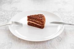 Den skivade smakliga chokladkakan tjänade som på tabellen Stoppet bantar begrepp, fullföljande och slutet för sund mat Arkivbilder