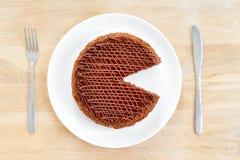 Den skivade smakliga chokladkakan tjänade som på trätabellbakgrund Stoppet bantar begrepp, fullföljande och slutet för sund mat Royaltyfri Bild