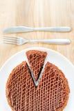 Den skivade smakliga chokladkakan tjänade som på trätabellbakgrund Stoppet bantar begrepp, fullföljande och slutet för sund mat Arkivbild