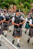 Den skotska säckpipe- orkesteren ståtar Arkivfoto
