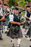 Den skotska säckpipe- orkesteren ståtar Arkivbilder