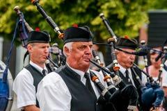 Den skotska säckpipe- orkesteren ståtar Fotografering för Bildbyråer