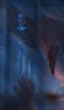 Den skrämda flickan nen bak brutet exponeringsglas Royaltyfria Foton