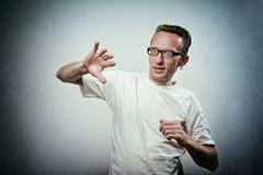 Den skrämda mannen försvarar sig med hans händer Arkivfoton