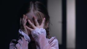 Den skrämde liten flickabokslutframsidan med gömma i handflatan, rätt av spökefobibegrepp arkivfilmer
