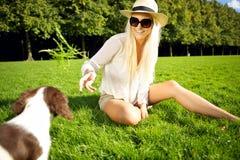 Den skratta kvinnan lockar hunden Arkivbilder