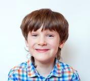 Den skratta pojken 6 gamla år, stående Arkivbild