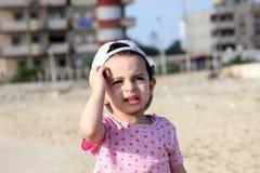 Den skriande ledsna araben behandla som ett barn flickan Arkivfoton