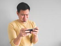 Den skriande mannen förlorar den mobila leken royaltyfria bilder