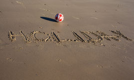 Den skriftliga ordferien på sanden av en strand Royaltyfri Bild