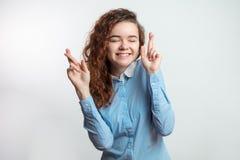 Den skrockfulla härliga ljust rödbrun flickakorsningen fingrar för att ha framgång eller lyckas Arkivfoto