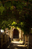 Den skuggade pergolan parkerar in Tivoli Fotografering för Bildbyråer