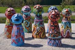 Den skulpturala gruppen av sju färgade former för underhållningfestivalen för 21 strid adlar den stora byelorussian redaktörs- bi Arkivfoto