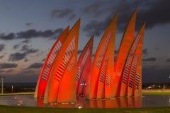 Den skulpturala gruppen seglar med ändrande färger på solnedgången i Ashdod, Royaltyfri Bild