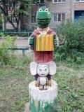 Den skulpturala sammansättningen i barnens gård - krokodilGena och Cheburashka Arkivfoto