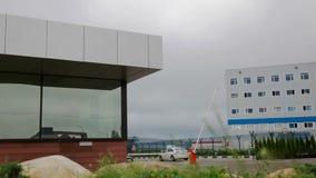 Den skyddande barriären och säkerhetskontoret på ingången till kontorsparkeringsplatsen stock video
