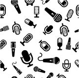 Den släkta uppsättningen av karaoke märker, emblem och designbeståndsdelar Karaokeklubbaemblem Mikrofoner på vit Royaltyfri Foto