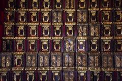Den sl?kt- kyrkog?rden och namnet tombwooden etiketten f?r kinesiskt folk som ber och offer- erbjuder i den Tiantan templet p? Ki royaltyfri fotografi