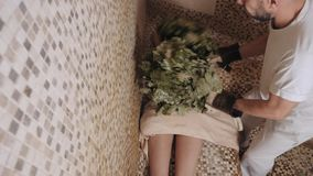 Den slanka kvinnan i bad f?r ?nga massage med varma eksidakvaster, i ?nga-rum arkivfilmer