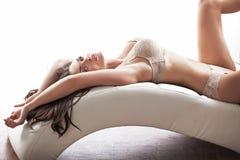 Den slanka kvinnan som ha på sig sinnlig damunderkläder i sexigt, poserar Arkivfoton