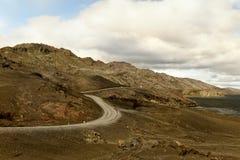Den slingriga vägen bland bergen på sjön Dramatiskt väder iceland royaltyfria bilder
